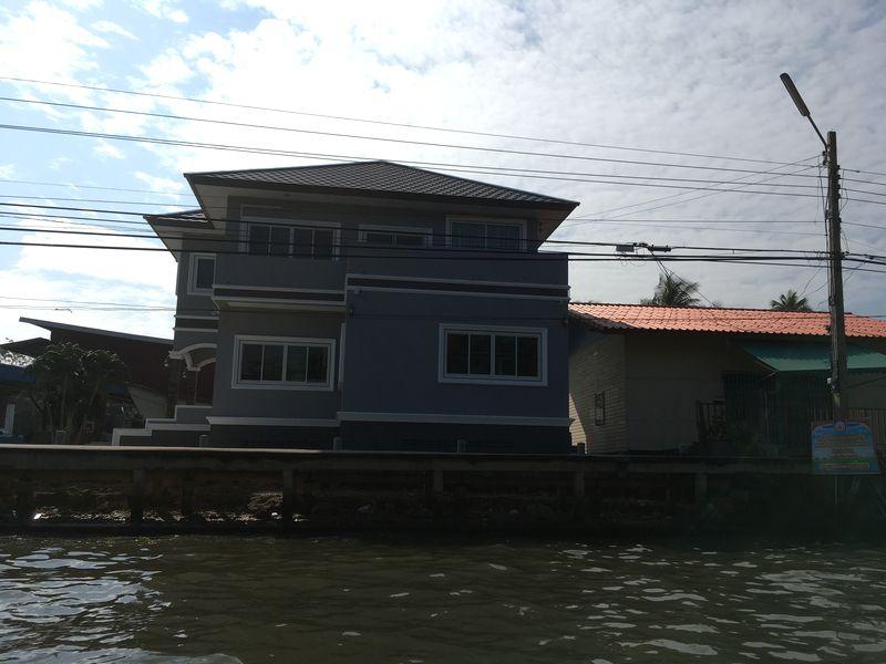 タイ 水上マーケット エンジンボート 川 運河 水路 家