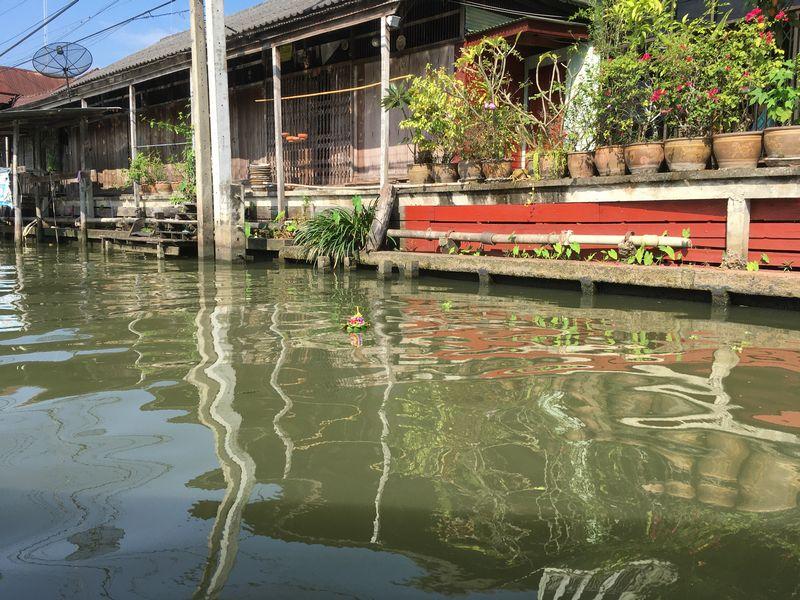 タイ ダムヌン・サドゥアック水上マーケット エンジンボート 川 運河 水路 ロイクラトン祭り 灯篭