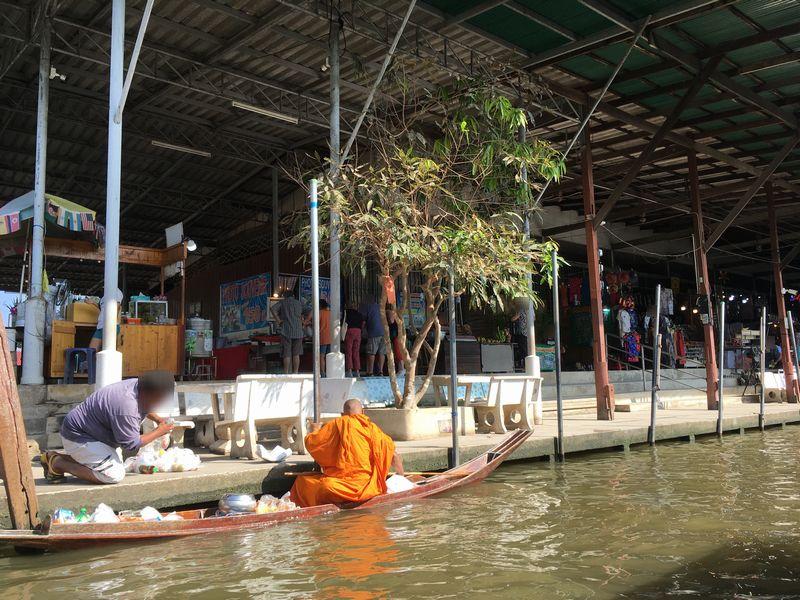 タイ ダムヌン・サドゥアック水上マーケット エンジンボート 川 運河 水路 僧侶