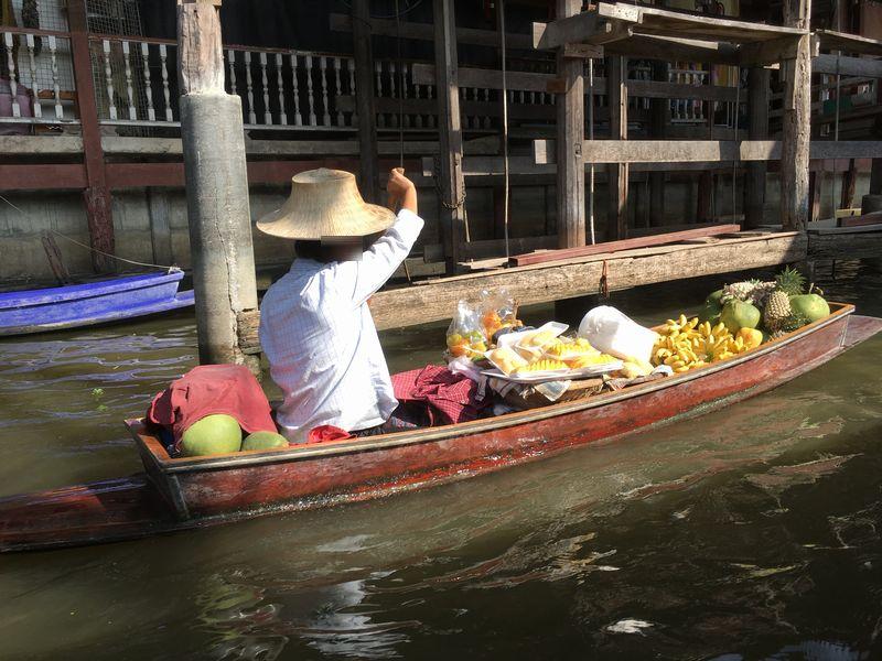 タイ ダムヌン・サドゥアック水上マーケット 果物 小舟 手漕ぎボート 川 運河 水路
