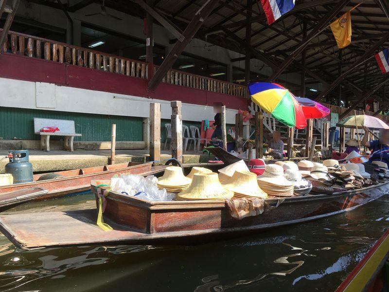 タイ ダムヌン・サドゥアック水上マーケット 帽子 小舟 手漕ぎボート 川 運河 水路