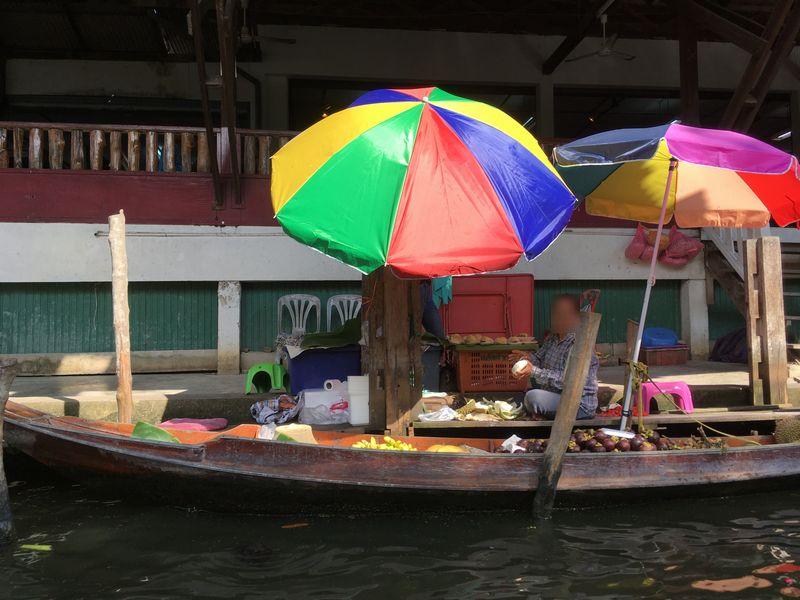 タイ ダムヌン・サドゥアック水上マーケット お店 小舟 手漕ぎボート 川 運河 水路