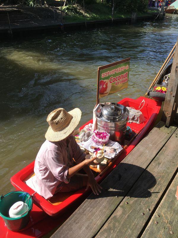 タイ ダムヌン・サドゥアック水上マーケット 川 運河 水路 小舟 ココナッツアイスクリーム