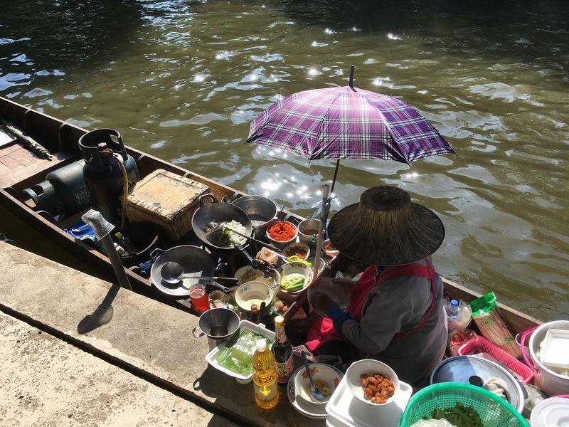 タイ ダムヌン・サドゥアック水上マーケット 川 運河 水路 小舟 料理