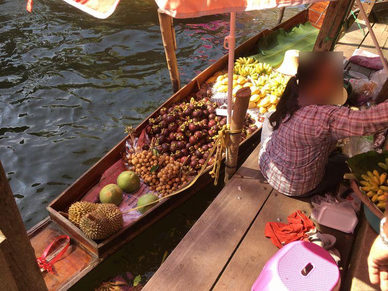 タイ ダムヌン・サドゥアック水上マーケット 川 運河 水路 小舟 果物