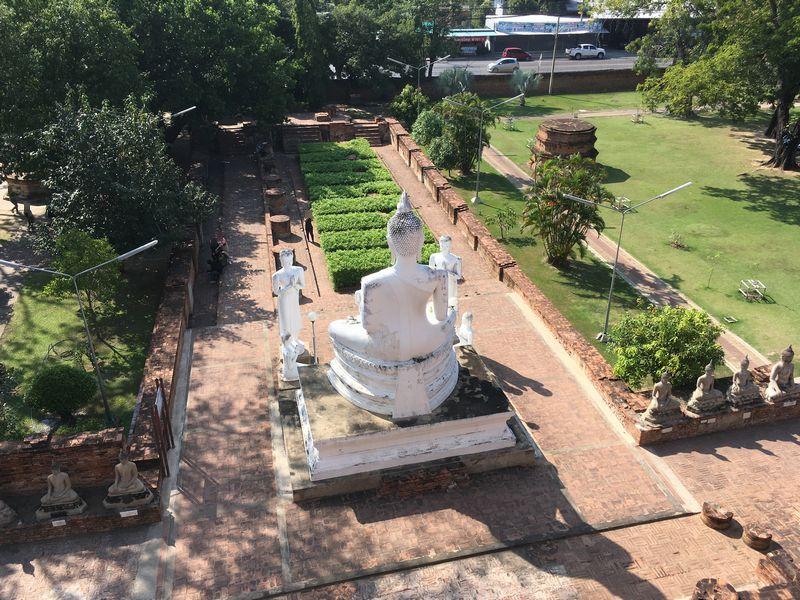タイ アユタヤ遺跡 ワット・ヤイ・チャイ・モンコン 白色 仏像