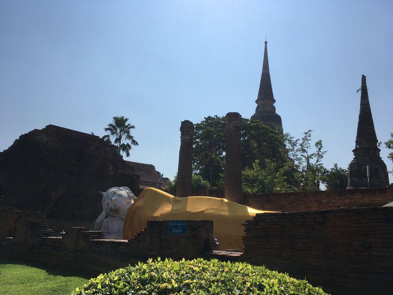 タイ アユタヤ遺跡 ワット・ヤイ・チャイ・モンコン 白色 涅槃仏