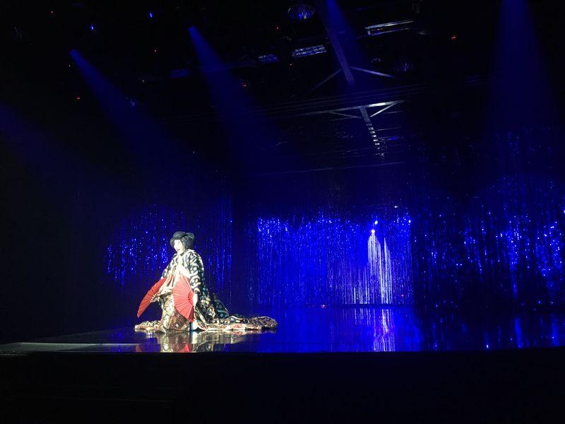 タイ バンコク アジアティーク・ザ・リバーフロント カリプソキャバレー ニューハーフショー 日本 着物 扇子
