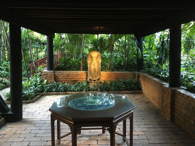 タイ バンコク ジム・トンプソンの家 頭のない石像 テーブル 陶板
