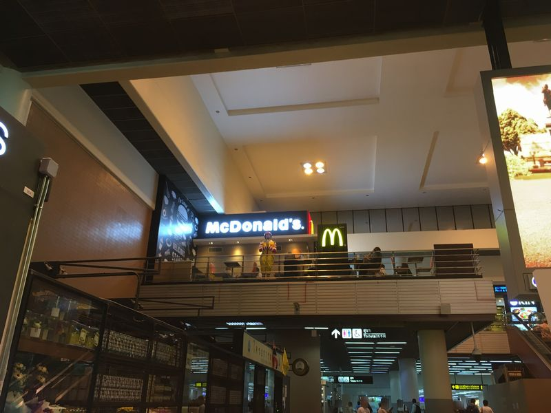 タイ バンコク ドンムアン国際空港 マクドナルド ドナルド ポーズ