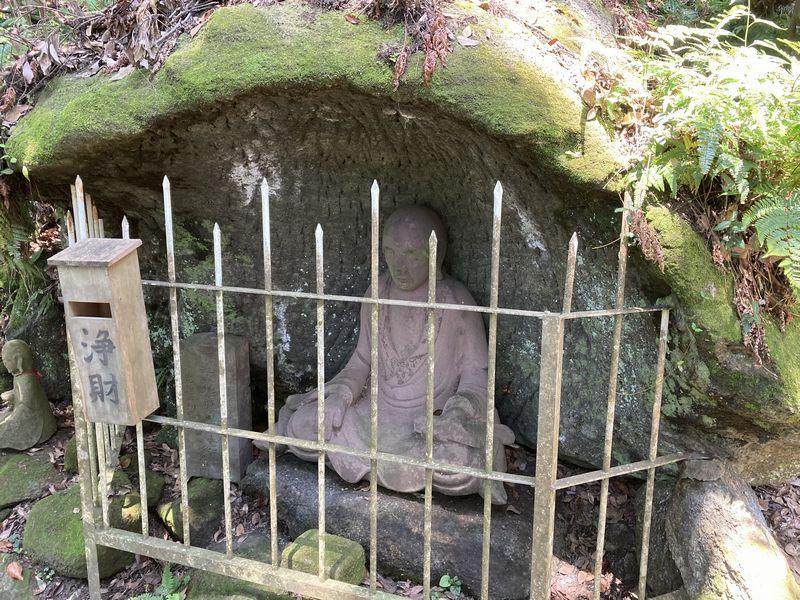 鋸山 日本寺 覆われた像